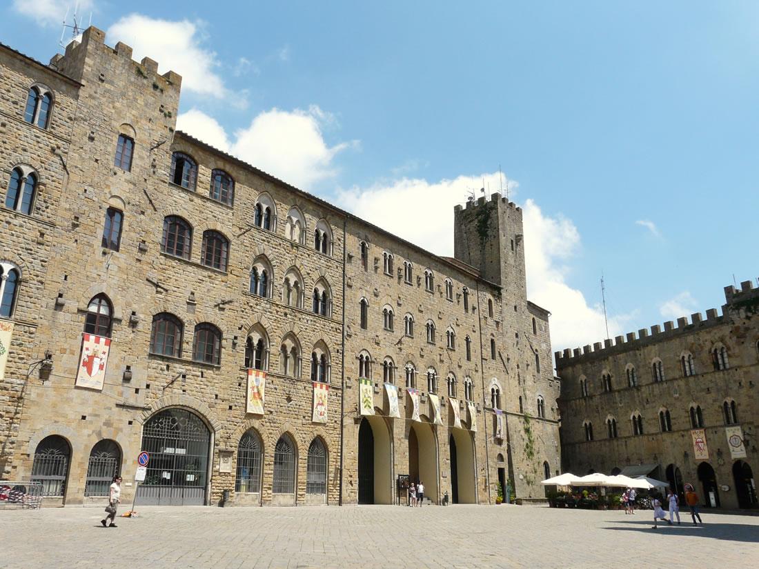 Volterra-palazzi_piazza_dei_priori5